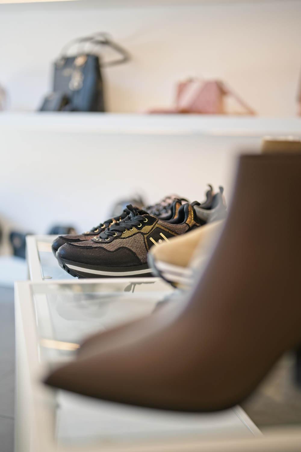 Veronika Bacher Schuhe im Regal Galerie